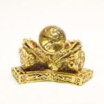 Τρεις Χρυσοί Βάτραχοι με Κρύσταλλο για Αφθονία και Πλούτο